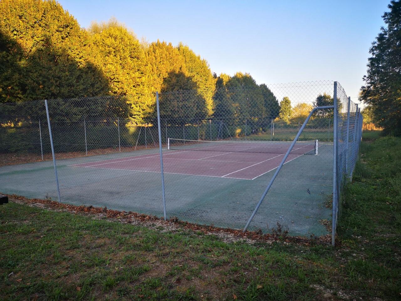 Le terrain de tennis de Précy-sur-Marne
